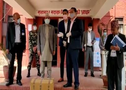 सरकारलाई सांसद घलेले दिए सहयोग स्वरुप १ करोड २५ लाख रुपैयाको स्वास्थ्य सामाग्री