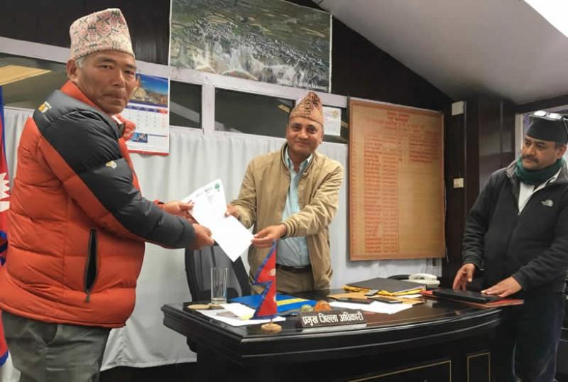 नेपाली कांग्रेस मनाङद्वारा प्रमूख जिल्ला अधिकारीमार्पmत प्रधानमन्त्रीलाई ज्ञापन पत्र
