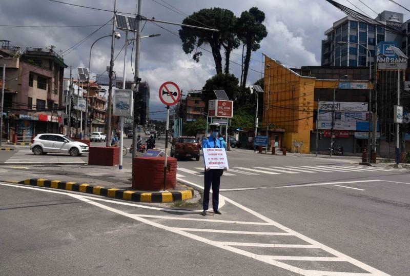 सडकमा डमी ट्राफिक प्रहरी : जनशक्ति व्यवस्थापनसँगै चेतना अभिवृद्धि