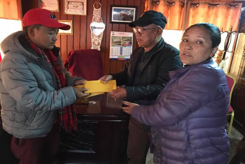 मनाङका कांग्रेस सभापति र सांसदद्वारा दुर्घटनामा ज्यान गुमाएका परिवारलाई आर्थिक सहयोग