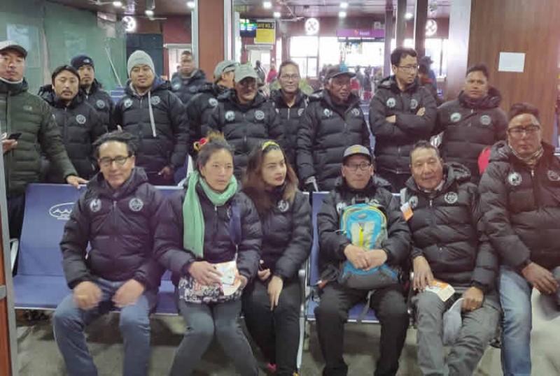 मनाङका २२ जना आन्तरिक पर्यटकको रुपमा एभरेष्ट बेस क्याम्प घुम्दै