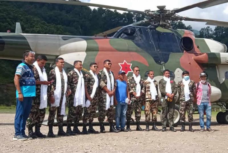 हेलिकप्टर मार्फत राहत ढुवानि गर्ने नेपाली सेनाको टोलीलाई मनाङ वासीले सम्मान सहित विदाई
